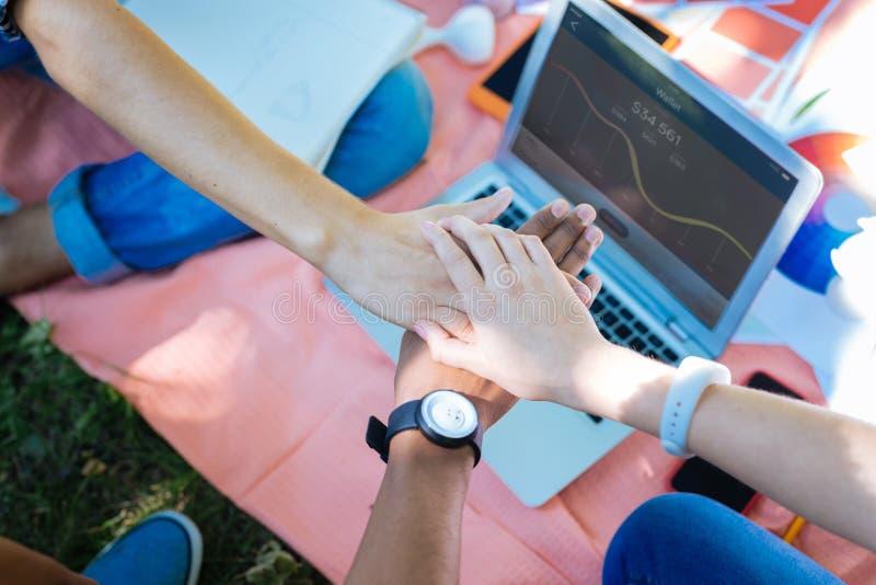 佩带手表的年轻商人享用他们的梦幻队 免版税图库摄影