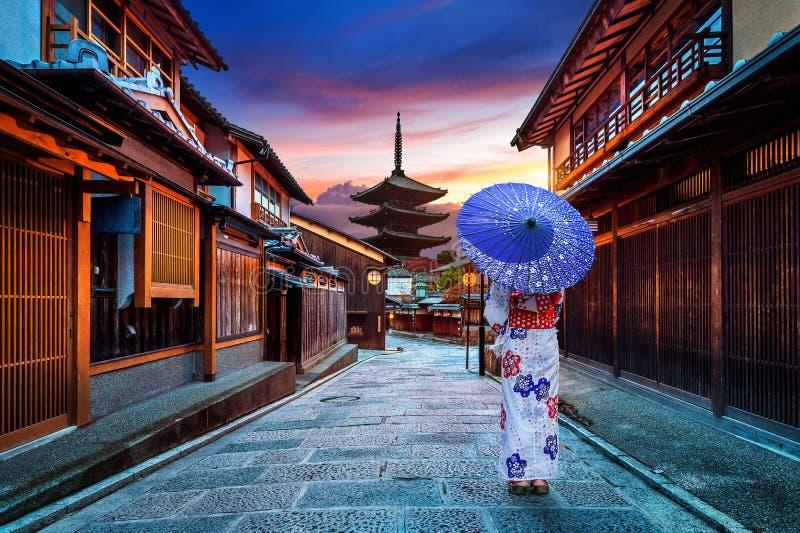 佩带日本传统和服在Yasaka塔和Sannen Zaka街的亚裔妇女在京都,日本 免版税库存图片