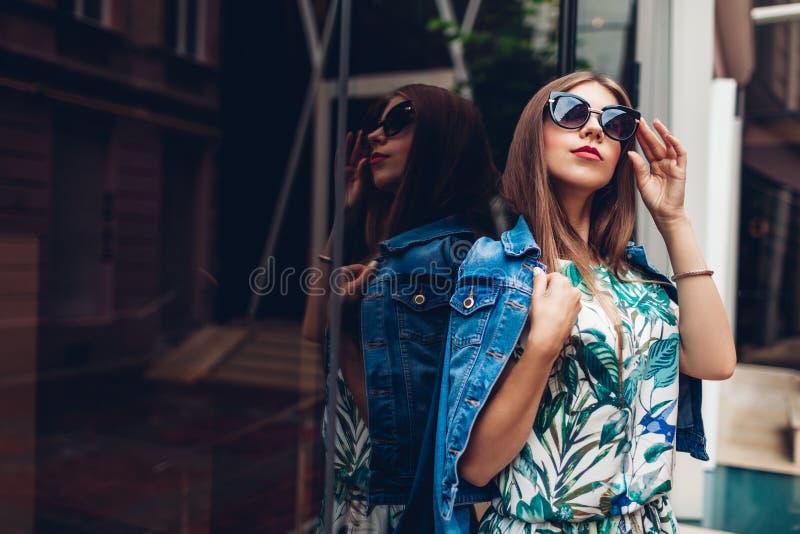 佩带时髦的辅助部件的年轻美丽的时髦的女人室外画象  夏天现代成套装备 库存图片