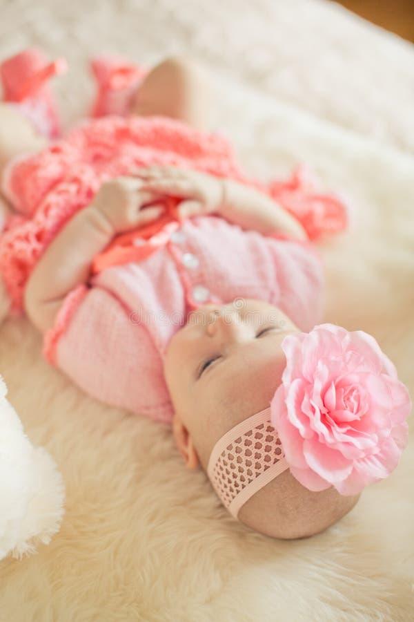 佩带桃红色编织的dres的小女婴 库存图片