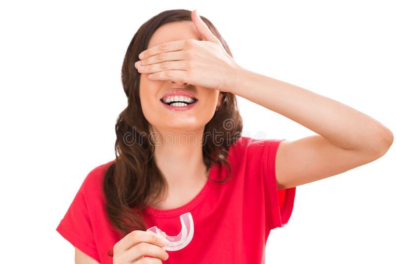 佩带正牙箍的迷人的妇女特写镜头画象 免版税库存图片