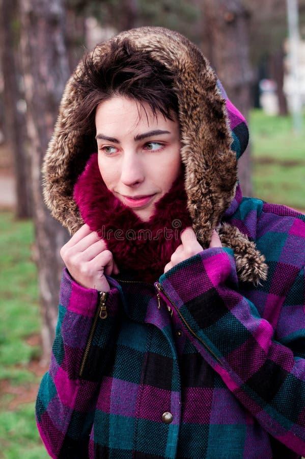 佩带温暖的布料的逗人喜爱的女孩 免版税库存照片