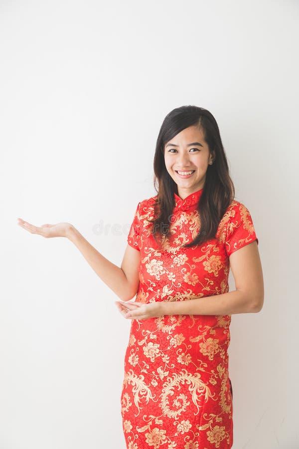 佩带繁体中文礼服提出的亚裔妇女 库存图片