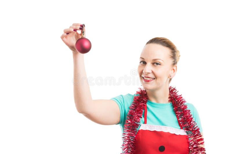 佩带红色围裙的愉快的佣人和诗歌选或者闪亮金属片 图库摄影