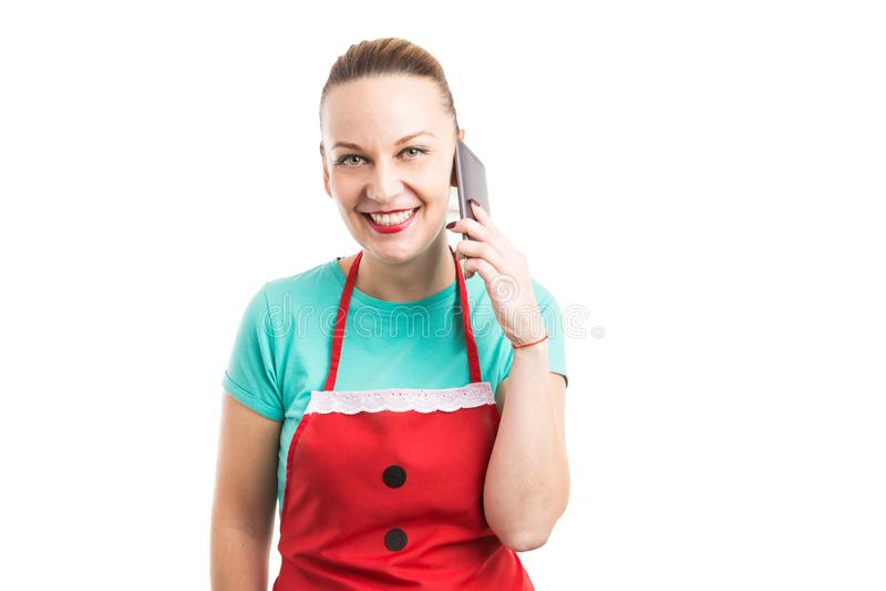 佩带红色围裙的愉快的友好的面孔联系人举行pho 免版税库存照片