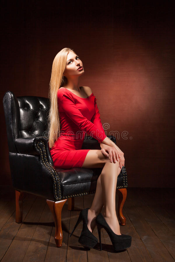 佩带红色礼服开会的美丽的妇女射击 免版税库存图片