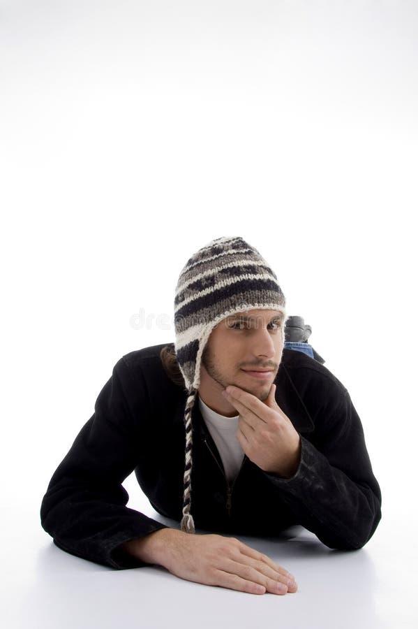 佩带羊毛年轻人的盖帽位于的男 免版税库存照片