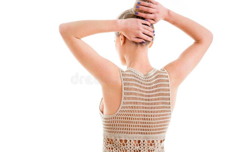 佩带美丽的短的海滩kni的后面接近的观点的女孩 库存照片