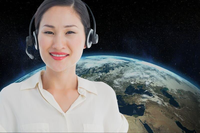 佩带耳机的模型反对地球背景 免版税库存照片