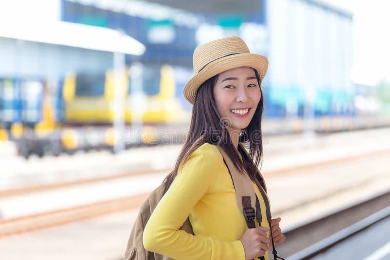 佩带背包的旅客和旅游亚裔妇女在驻地附近火车 旅行和旅行 库存照片