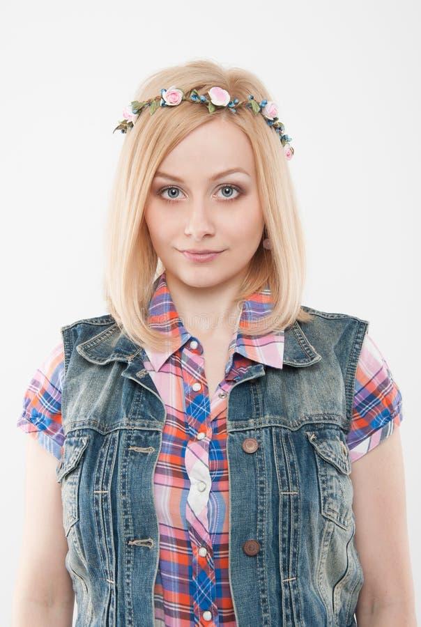 佩带花的年轻美丽的妇女在她的头缠绕 免版税库存照片