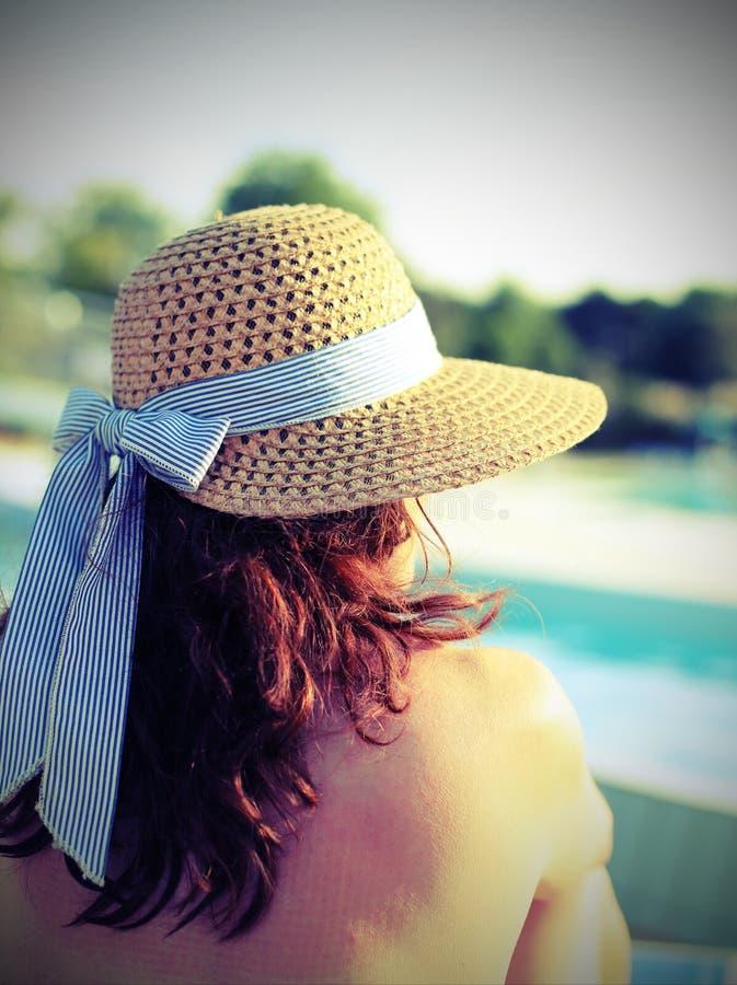 佩带草帽和她的好妇女在游人放松关于 库存图片