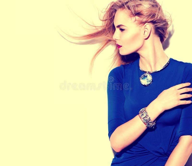佩带蓝色礼服画象的式样女孩 免版税库存图片