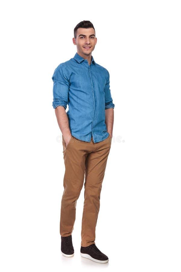 佩带蓝色衬衣身分的愉快的偶然人 库存图片