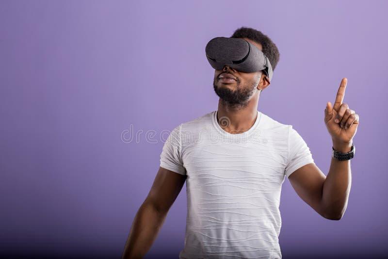 佩带虚拟现实耳机的人 免版税图库摄影