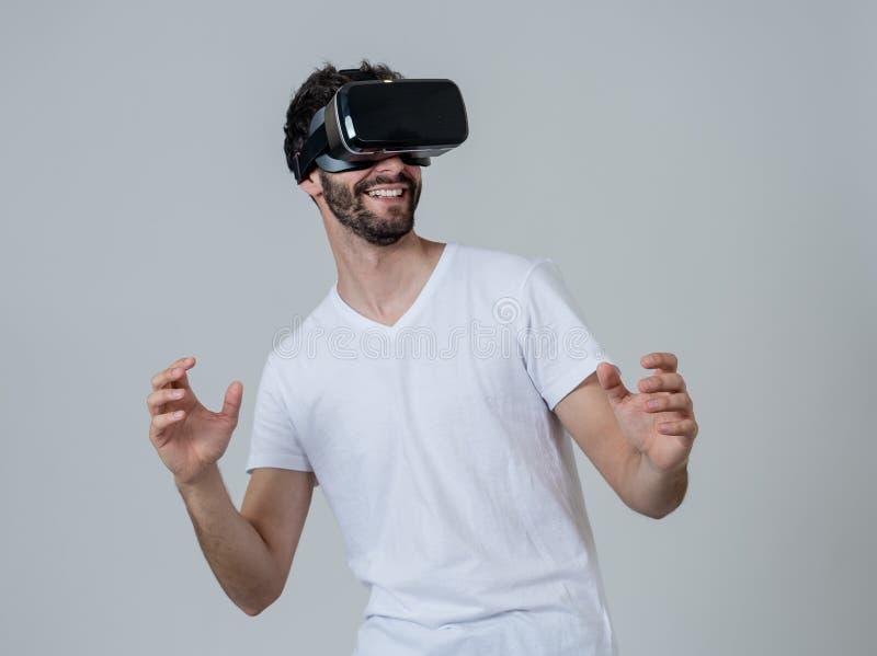 佩带虚拟现实耳机的激动和惊奇年轻人画象探索3D世界 免版税图库摄影