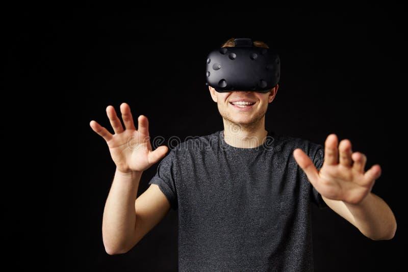 佩带虚拟现实耳机的年轻人 免版税图库摄影