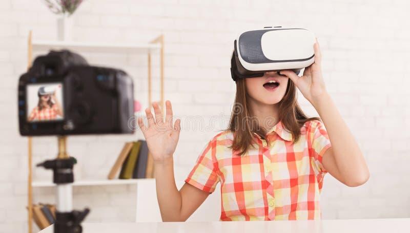 佩带虚拟现实风镜和记录博克的女孩录影 库存图片