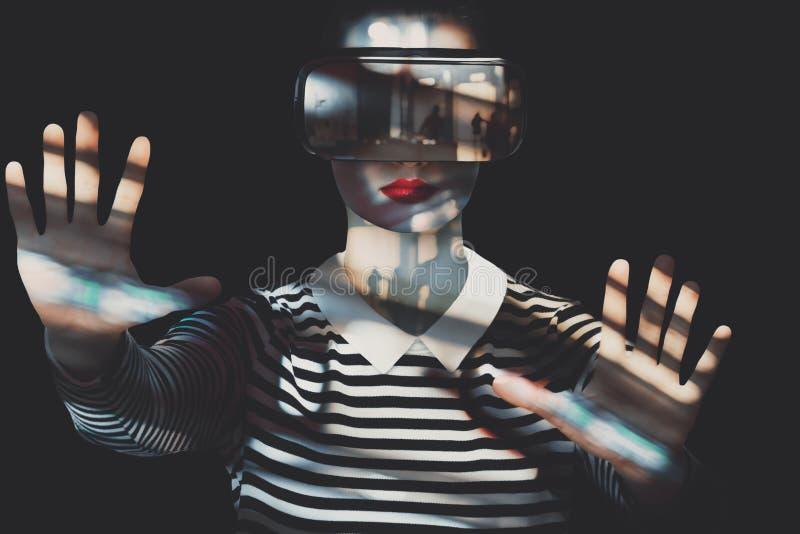 佩带虚拟现实风镜的可爱的妇女 异常的两次曝光虚拟现实概念 免版税库存照片
