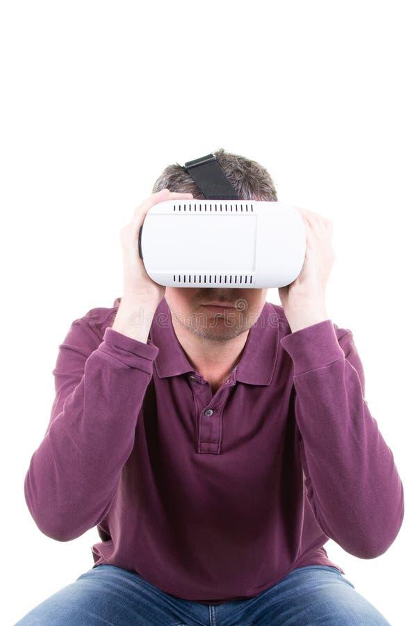 佩带虚拟现实3D耳机和探索戏剧的人 免版税库存图片