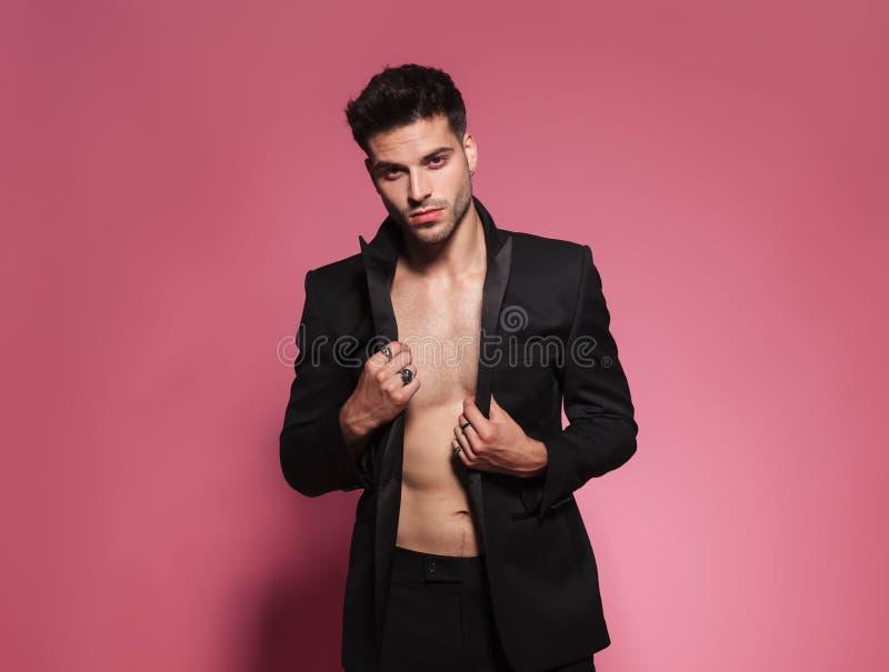 佩带被取消的黑无尾礼服身分的肉欲的人画象 库存照片