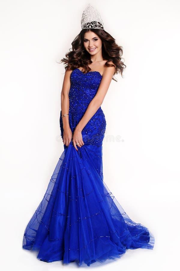 佩带豪华衣服饰物之小金属片礼服和珍贵的冠的选美的华美的优胜者 库存照片