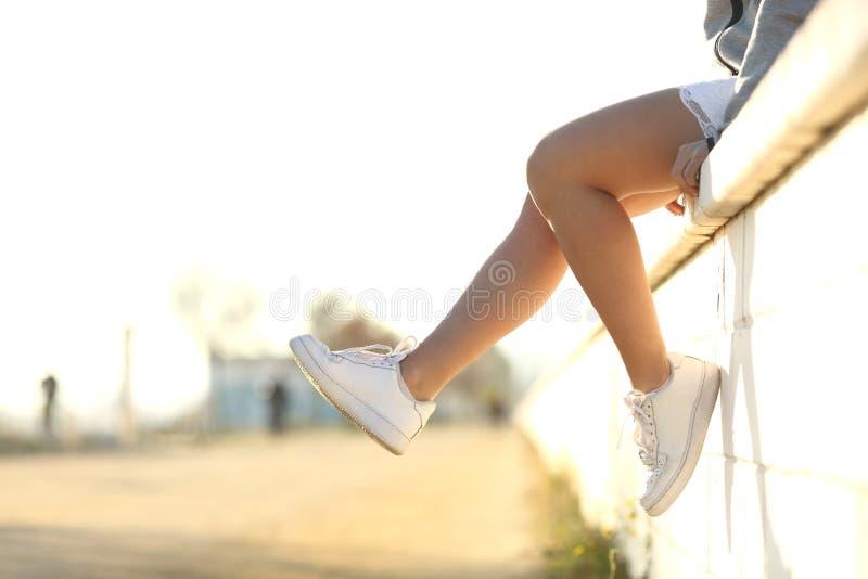 佩带运动鞋的都市少年腿 免版税库存图片