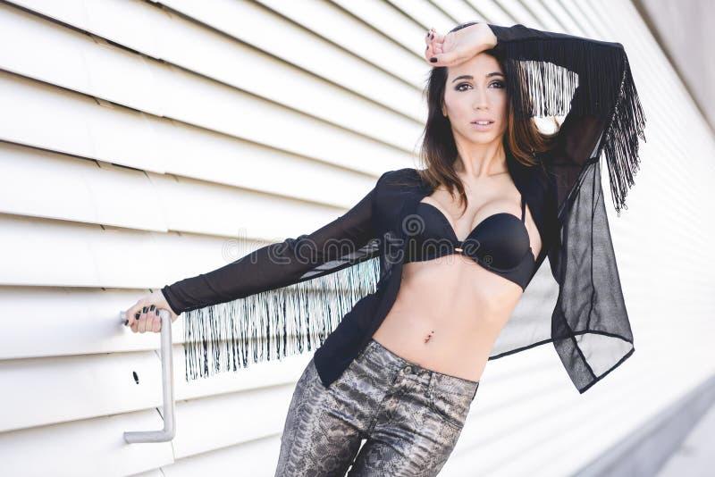 佩带透明衬衣和黑胸罩的妇女 库存图片