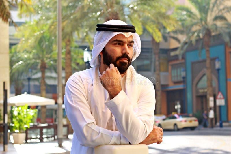 佩带阿拉伯联合酋长国传统礼服视觉事务的阿拉伯商人 免版税库存照片