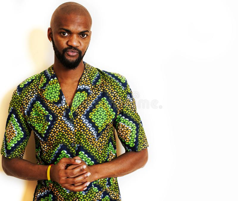 佩带鲜绿色的全国服装微笑的打手势,娱乐材料的年轻英俊的非洲人画象  库存图片