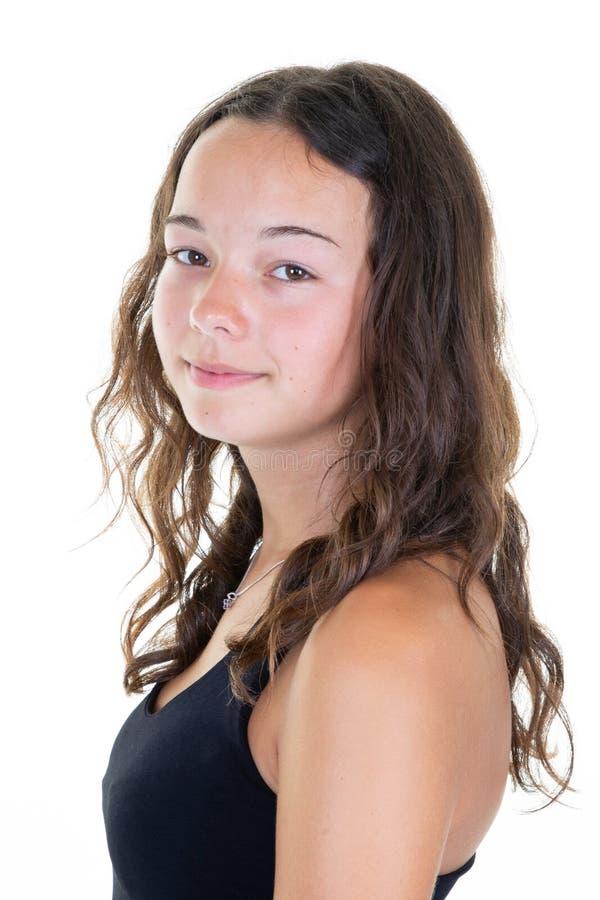 佩带黑T恤杉摆在的俏丽的微笑的青少年的女孩隔绝在白色背景 免版税库存图片