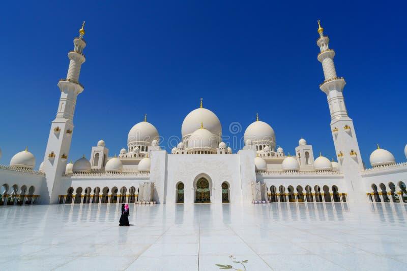 佩带abaya的妇女穿衣在扎耶德Mosque阿布扎比,阿拉伯联合酋长国回教族长 库存照片