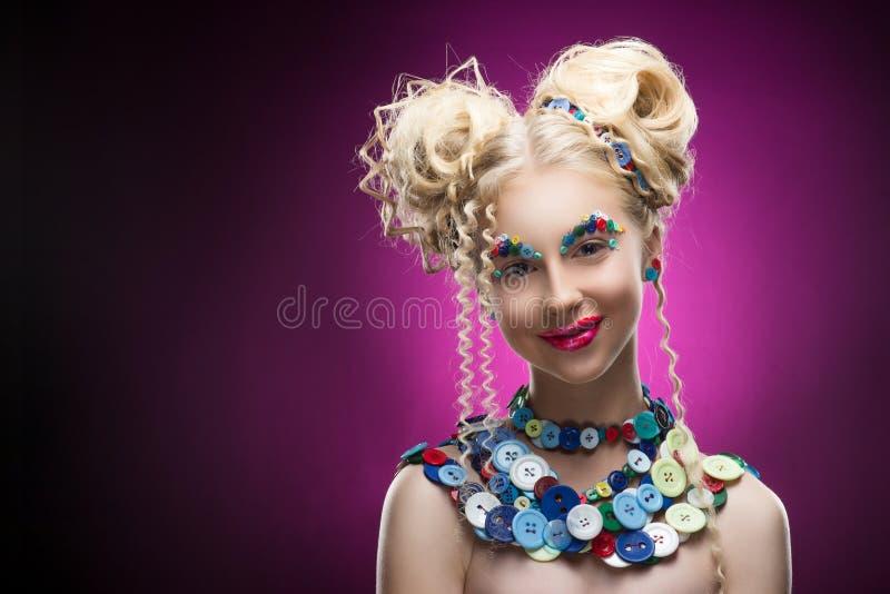 佩带DIY珠宝acces的微笑的逗人喜爱的面孔好白肤金发的儿童女孩 免版税库存照片