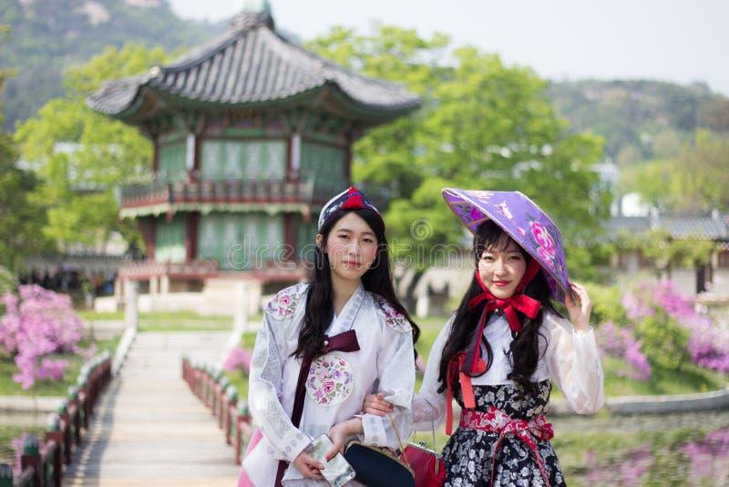 佩带Hanbok的韩国妇女在景福宫宫殿的亭子,汉城韩国 免版税库存图片