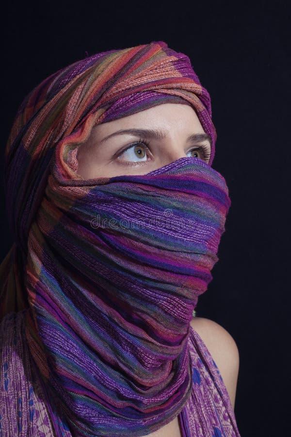 佩带hijab的一个美丽的少妇的画象 免版税图库摄影
