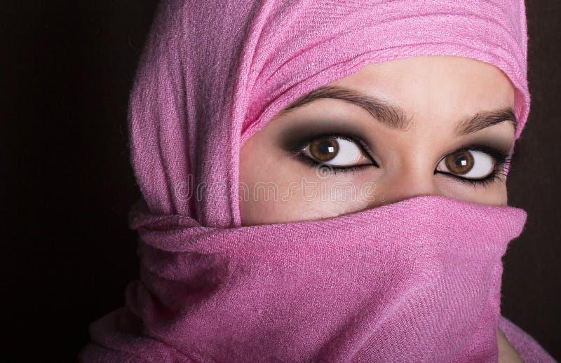 佩带hijab的特写镜头美丽的神奇眼睛东部妇女 库存照片