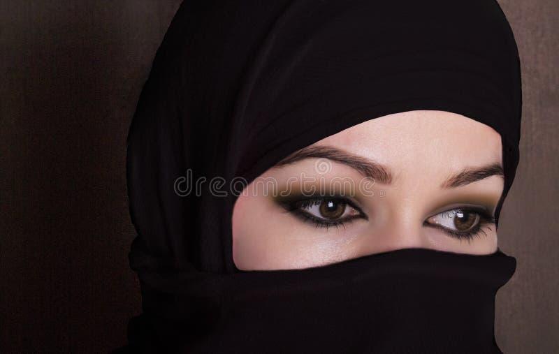 佩带hijab的特写镜头美丽的神奇眼睛东部妇女 免版税库存图片