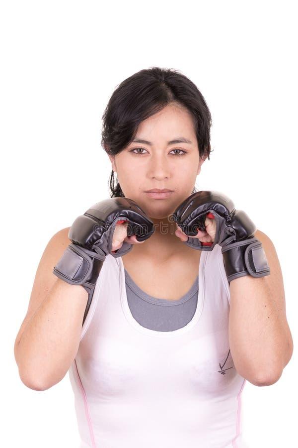佩带MUTTAHIDA MAJLIS-E-AMAL的女性混杂的武术战斗机 免版税库存照片
