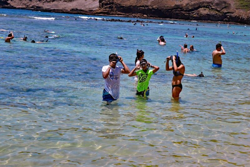佩带snorkling的齿轮, Hanauma海湾海滩,夏威夷的孩子 免版税库存照片