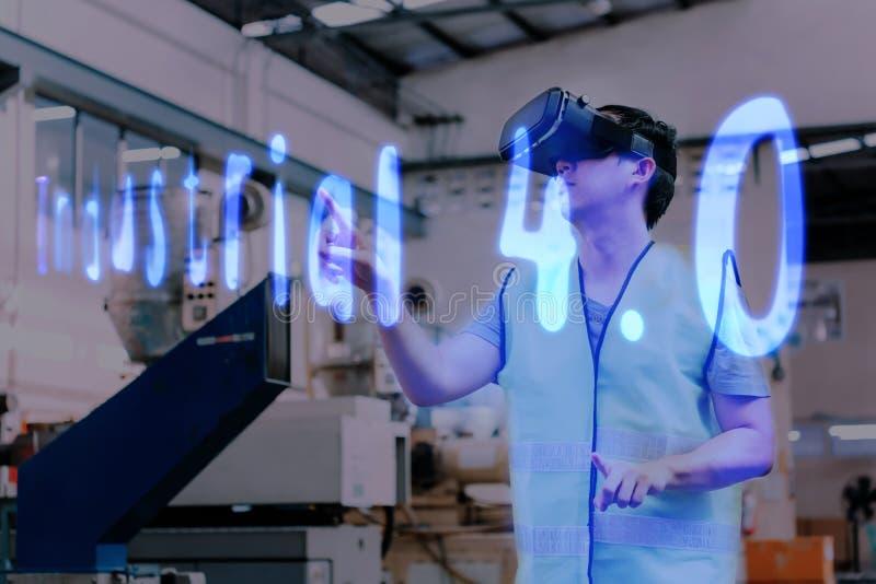 佩带VR凝视的工厂工程师接触在工业4 在虚拟现实的0文本 免版税库存图片