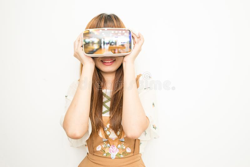 佩带VR的东南亚国家联盟妇女 免版税库存图片