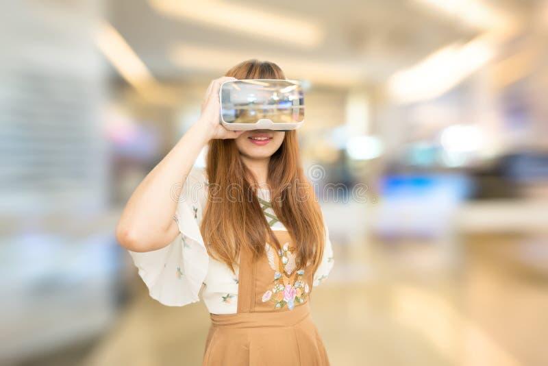 佩带VR的东南亚国家联盟妇女 库存照片