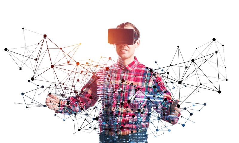 佩带VR耳机工作的年轻程序员 免版税库存图片