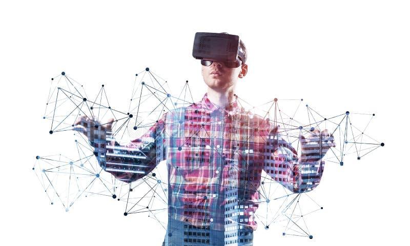 佩带VR风镜和打手势的年轻人 免版税库存照片