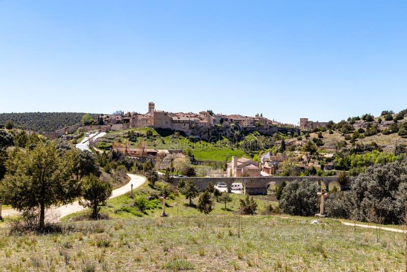佩德拉萨,卡斯蒂利亚Y利昂,西班牙:佩德拉萨村庄看法从艾米塔区Nuestra Senoraa del Carrascal的 库存图片