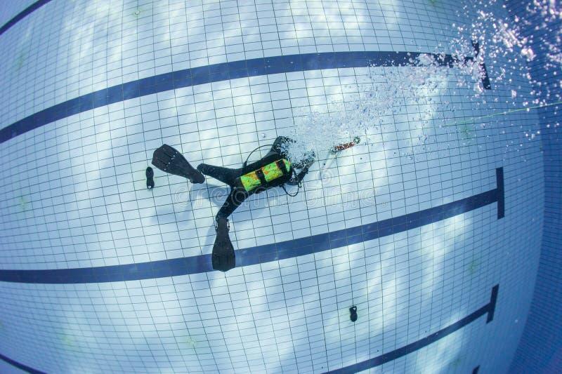 佩戴水肺的潜水培训 库存图片