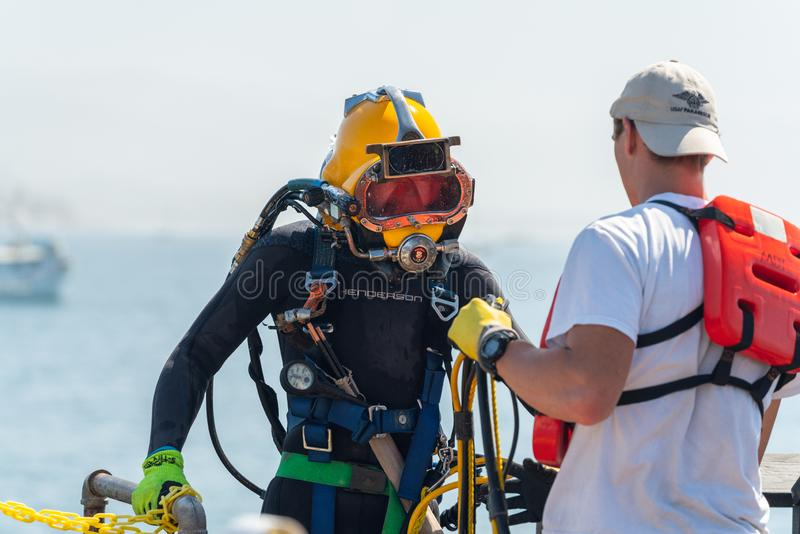 佩戴水肺的潜水训练 免版税库存照片