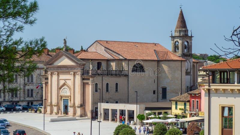 佩斯基耶拉德尔加尔达,意大利 圣马蒂诺教会的看法从费迪南多di Savoia正方形的  免版税图库摄影