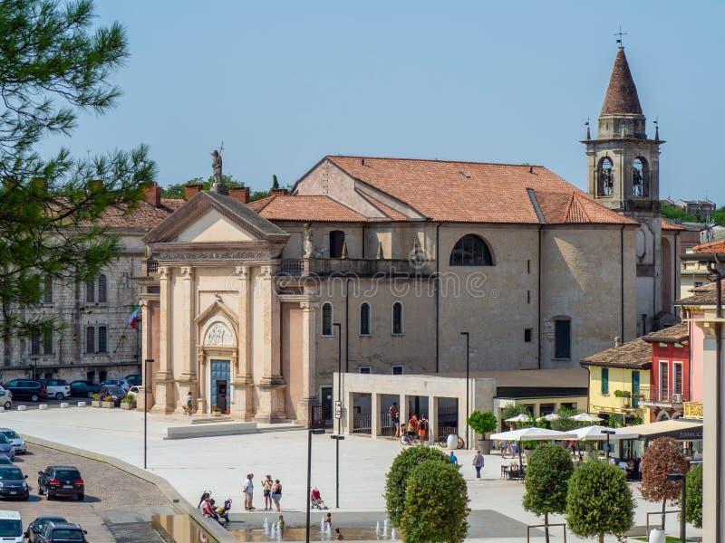 佩斯基耶拉德尔加尔达,意大利 圣马蒂诺教会的看法从费迪南多di Savoia正方形的  免版税库存图片