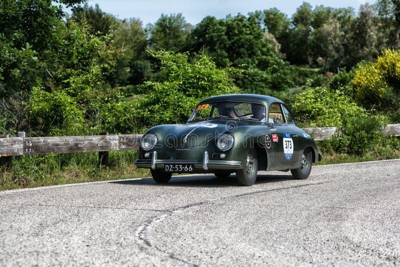 佩萨罗COLLE圣BARTOLO,意大利- 2018年5月17日- :保时捷356 1500 1955在集会Mille Miglia 2018的老赛车著名ita 图库摄影